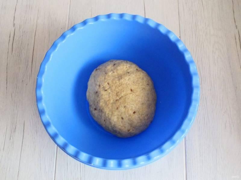 Замесите мягкое и упругое тесто. Оставьте его в чаше.