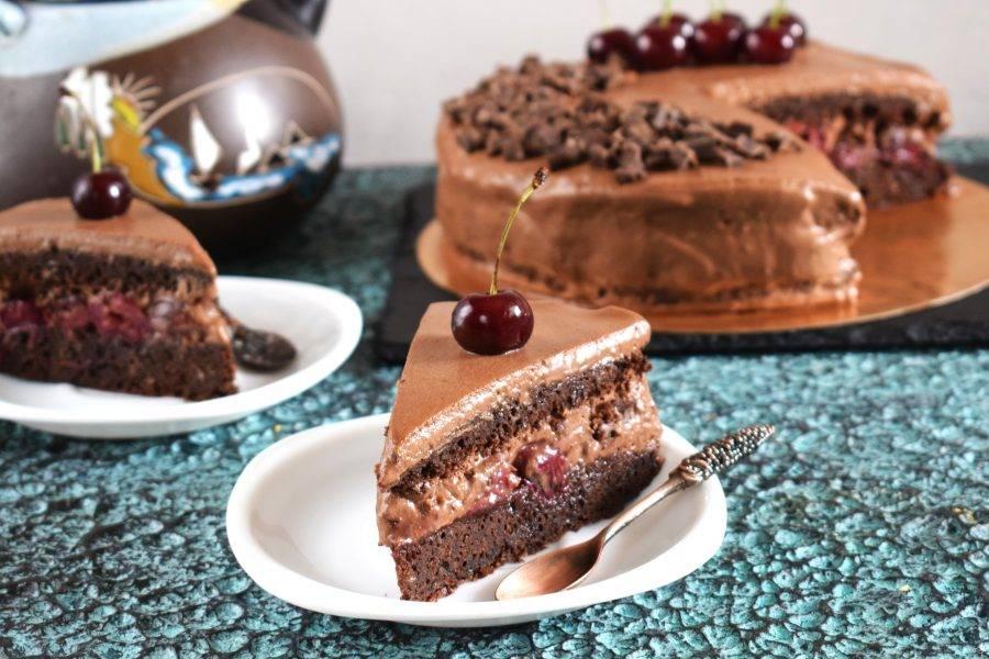 Снимите кондитерское кольцо. Нанесите мусс на бока торта и уберите его в холодильник еще на 2 часа минимум. Перед подачей украсьте торт кусочками шоколада и ягодами вишни. Приятного чаепития!