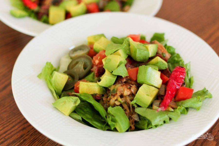 4.В миску кладу салатные листья, измельченные овощи, язык. Заправляю салат растопленным сливочным маслом, чесночным и луковым порошком, солю по вкусу, добавляю кайенский перец, перемешиваю.