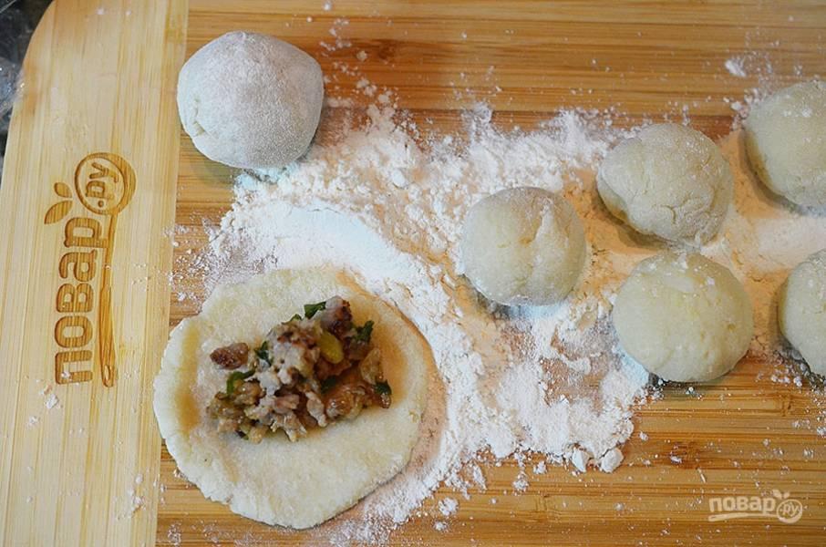 9. Поделите на шарики. Из каждого сделайте лепешку и выложите в центр мясную начинку.
