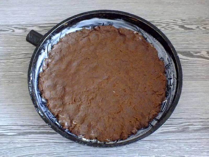 По истечении времени тесто разделите на две неравные части. Форму или сковороду диаметром 24-26 см. смажьте маслом. Большую часть теста распределите по дну формы, создавая маленькие бортики.