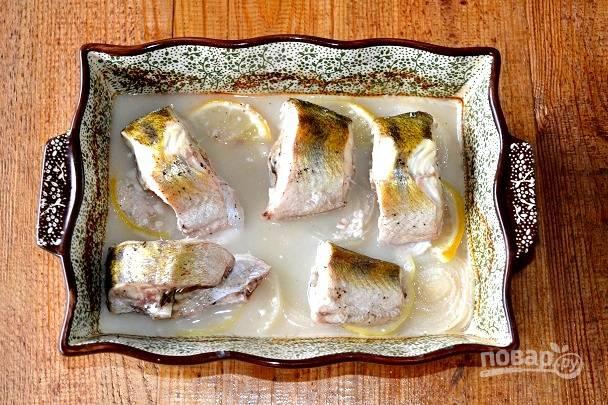 Запекайте рыбку около 30-35 минут до полной готовности (время зависит от размера кусочков).