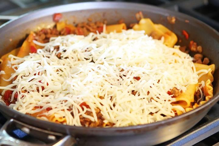 Выключите огонь и добавьте тертый сыр.