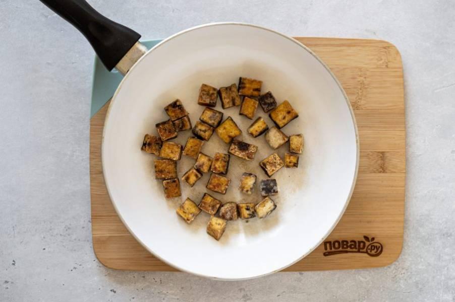 Тофу нарежьте кубиками, обваляйте в крахмале. Обжарьте до румяной корочки в сковороде.
