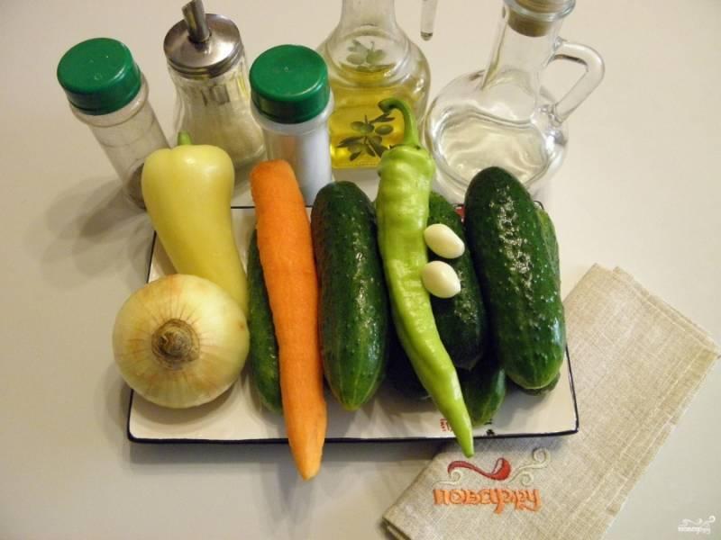 Подготовьте все необходимое для консервации: овощи, специи, стерильные баночки и крышки. Приступаем!