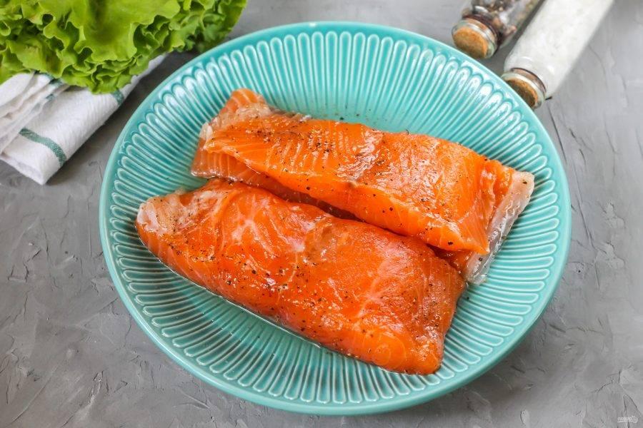 Спустя сутки специи впитаются в рыбу, а она выделит жидкость. Жидкость слейте.