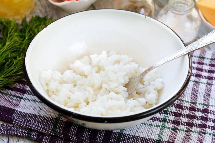 Отварите рис в подсоленной воде до мягкости. Лишнюю жидкость слейте. Остудите рис.