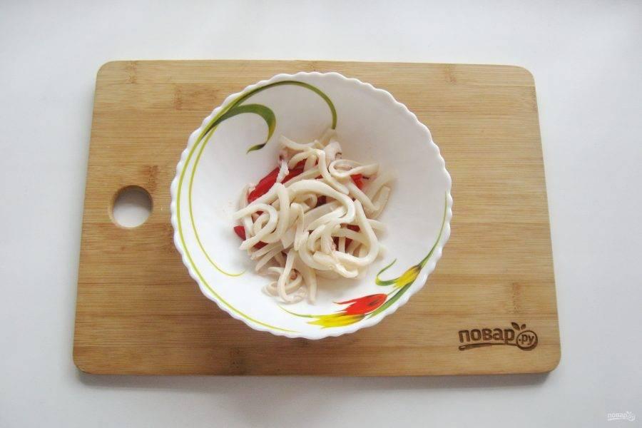 После кальмары охладите и нарежьте соломкой, добавьте в салат.