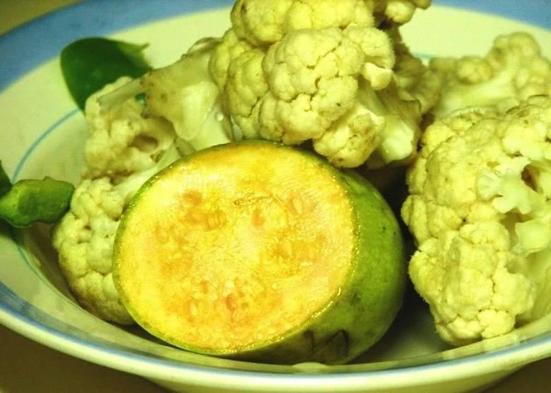 Овощи помойте, кабачок очистите и порежьте кружочками, а капусту разберите на соцветия. Овощи можно немного посолить.