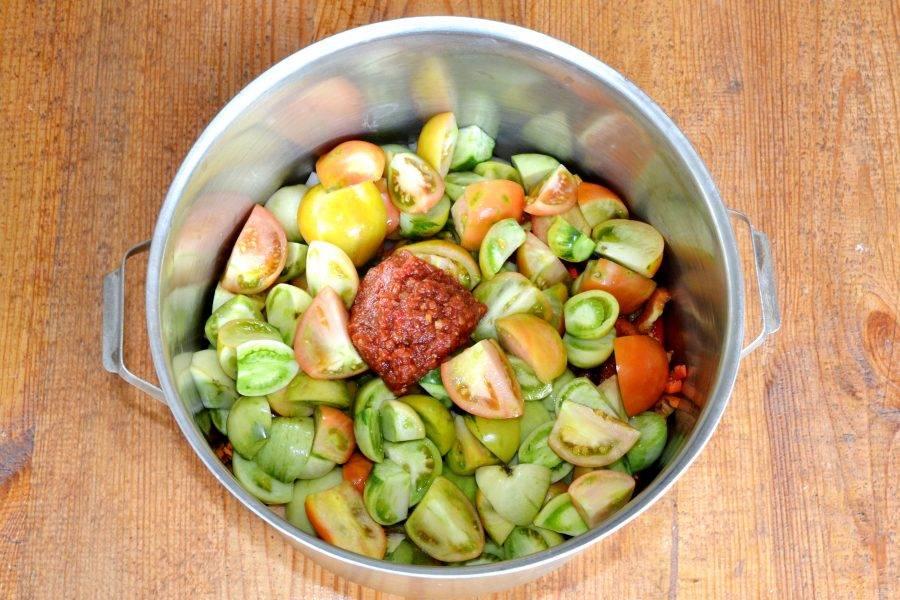 Добавьте томатный соус и растительное масло. Поставьте на огонь. После закипания варите на медленном огне около 2 часов.
