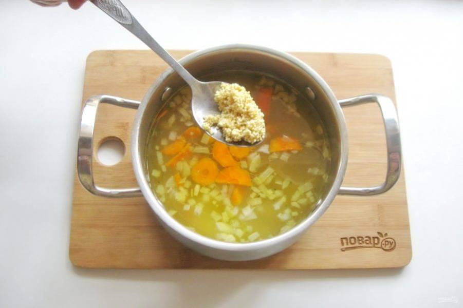 Когда овощи будут доведены до полуготовности, выложите в кастрюлю пшено, которое перед этим нужно хорошо помыть. Суп посолите и поперчите по вкусу.