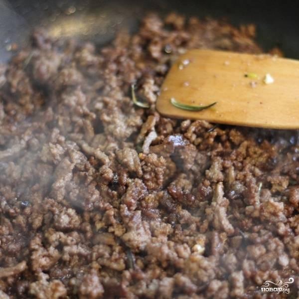 Когда жидкость в сковороде выпарится, а фарш зажарится до коричневатого оттенка, фарш нужно посолить и поперчить, а также добавить подходящие специи - я добавлял немного свежего тимьяна и розмарина.
