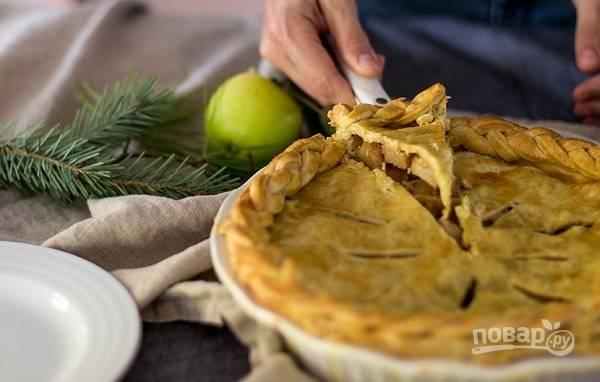7. Запекайте пирог минут 20, после уменьшите температуру до 180 градусов и продолжайте запекать до румяности. Перед подачей на стол остудите пирог и по желанию присыпьте сахарной пудрой.
