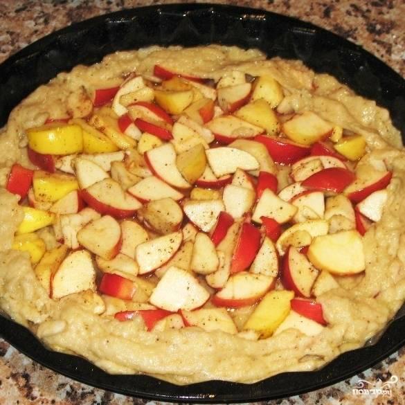 Раскатываем тесто в лепешку, выкладываем ее в смазанную маслом форму для запекания. Выкладываем в центр теста начинку, защипываем края, формируя красивый пирог.