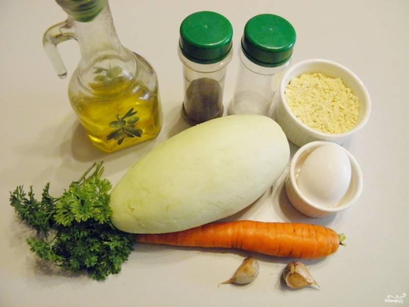 1. Подготовьте необходимые продукты, специи и зелень. Кабачок вымойте, срежьте у него хвостики. Морковь и чеснок очистите.