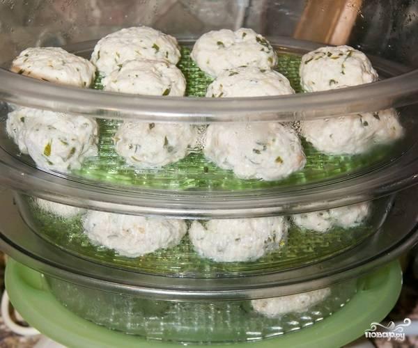 6. Из готового фарша сформируйте небольшие котлетки, выложите в пароварку, предварительно смазав немного растительным маслом. Примерно через 30 минут нежнейшие котлетки будут готовы.  Подавайте к столу их с овощами, а также с пикантными соусами. Приятного аппетита!