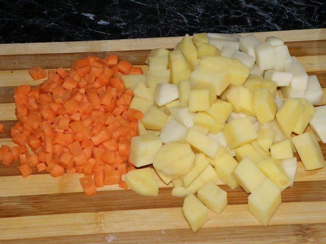 Мелко нарежьте картофель и морковь.
