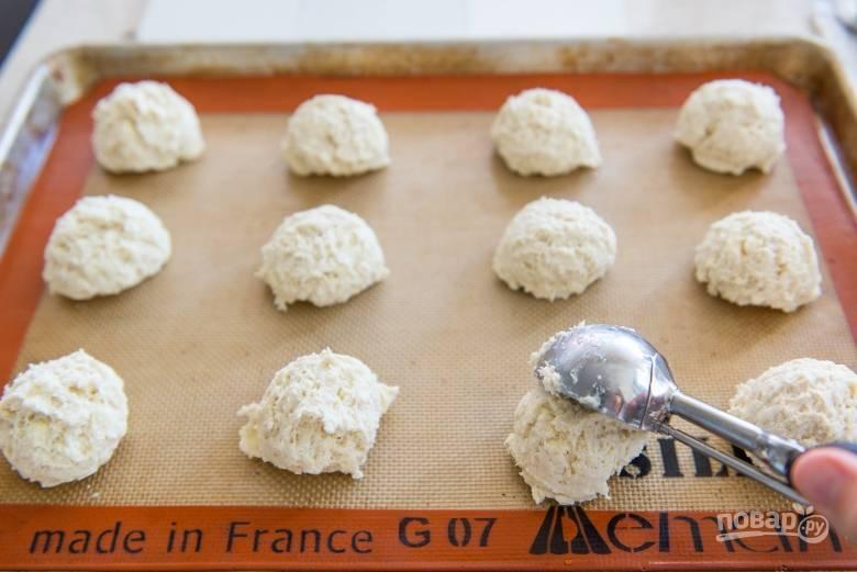 3. Круглой ложкой берите тесто и выкладывайте на противень, застеленный силиконовым ковриком для выпечки.