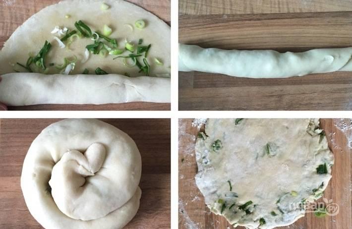 4. Начините каждую лепешку измельченным луком, предварительно смазав тесто растительным маслом. Скатайте начиненную лепешку в рулет, сверните его спиралью и немного придавите сверху.