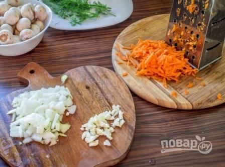 Очистим чеснок, лук и морковь. Лук нарезаем мелкими кубиками, морковь натираем на терке. Чеснок мелко порубим.