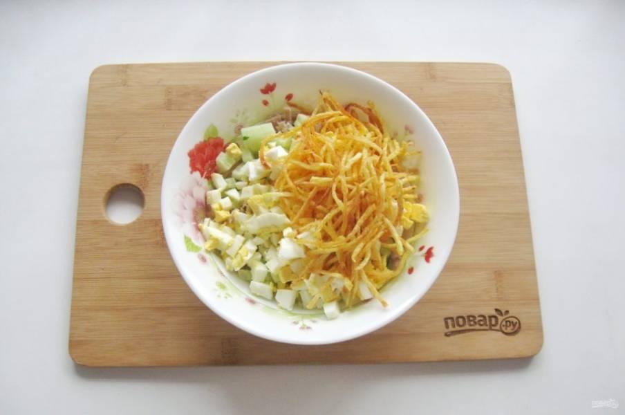 Выложите в салат немного жареного картофеля.