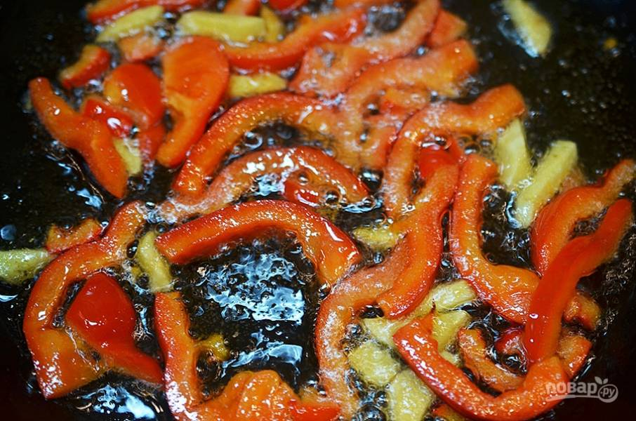 На оливковом масле обжарьте минут 5 и уберите из сковороды.