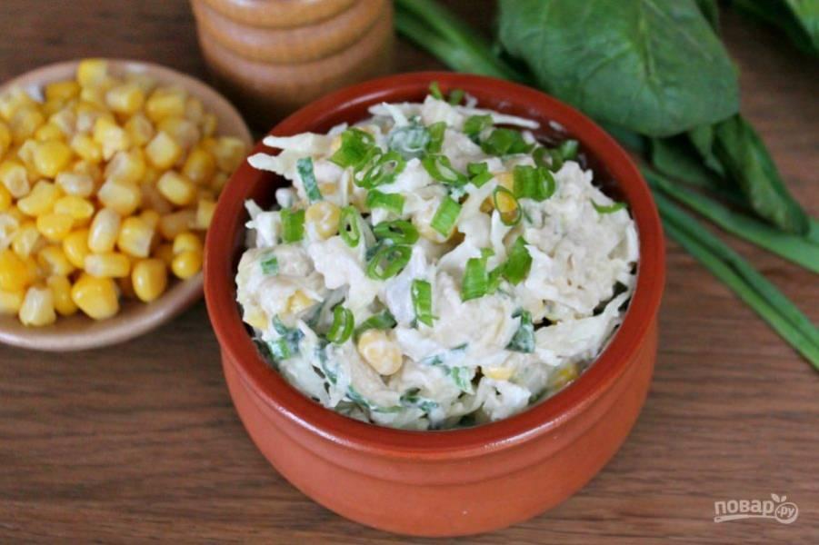 Салат с капустой, курицей и кукурузой готов. Приятного аппетита!