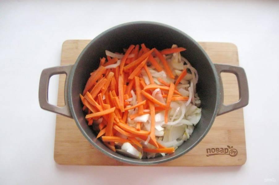 После выложите в казан морковь и лук. Морковь нарежьте соломкой, а лук полукольцами. Налейте еще 30-40 мл. подсолнечного масла, добавьте молотую куркуму, и перемешайте мясо с луком и морковью.