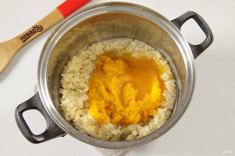 К готовой каше добавьте тыквенное пюре и мед по вкусу. Мед по желанию можно исключить или заменить сахарозаменителем.