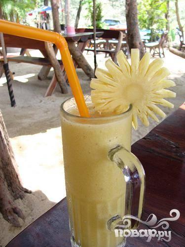 5.Разлить готовый напиток по стаканам или бокалам, украсить фигурно вырезанным кусочком ананаса и соломинкой и подавать на стол.