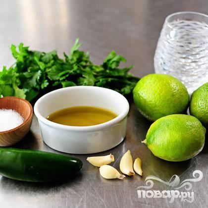 Ингредиенты для маринада: халапеньо, 3 лайма, 4 зубчика чеснока, кинза, соль, оливковое масло и текила.