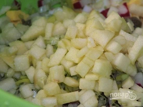 Яблоко очистим от кожуры и сердцевины, нарежем кубиками и сбрызнем лимонным соком. Добавим к остальным ингредиентам.