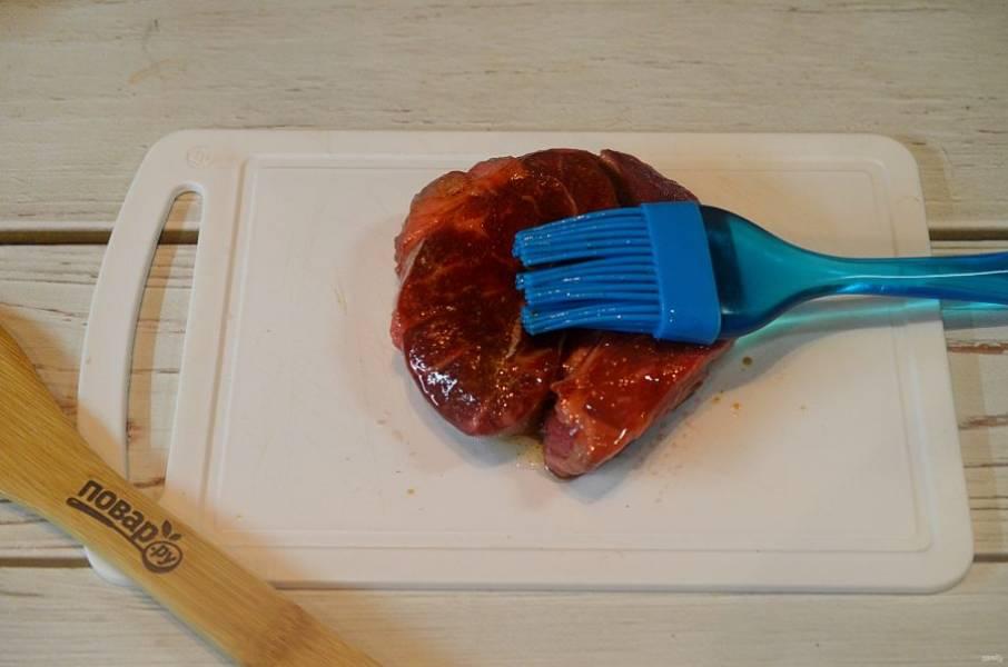3. Хорошо смажьте мясо маринадом.