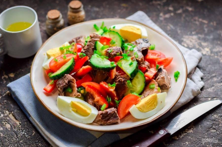 Подавайте салат к столу, можете добавить зеленый лук.