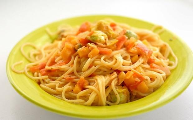 Тщательно перемешайте и выкладывайте на тарелки. Сверху спагетти с брюссельской капустой и овощами окропите оливковым маслом.
