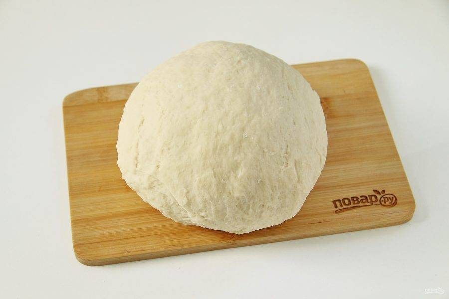 Затем переложите тесто на стол и продолжая добавлять оставшуюся муку, замесите эластичное тесто. Соберите его в шар, накройте полотенцем и оставьте на 20-30 минут.