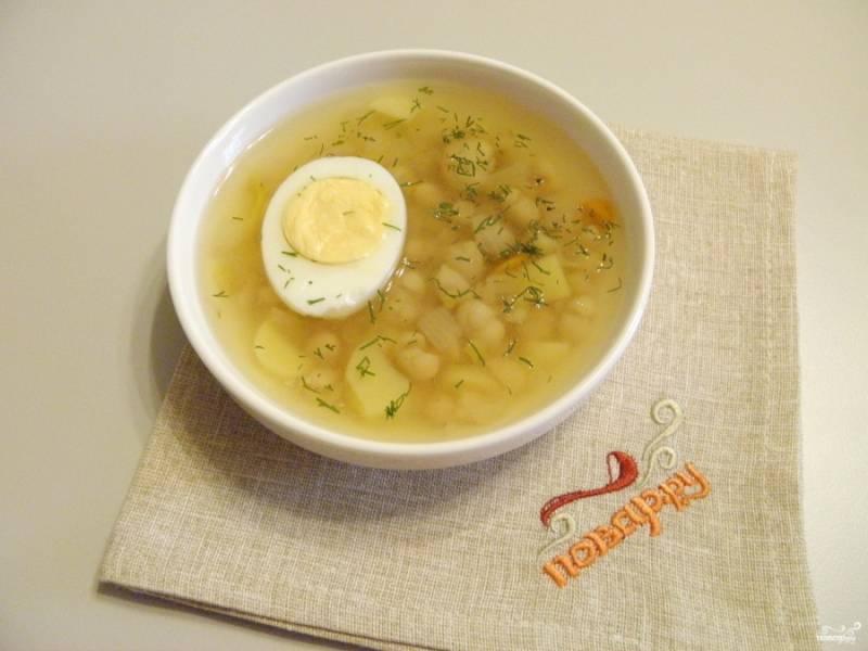 Подавайте фасолевый суп с яйцом. Приятного!