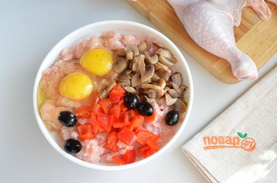 5. Соедините фарш с яйцами, солью, перцем молотым и красным, грибами и маслинами.