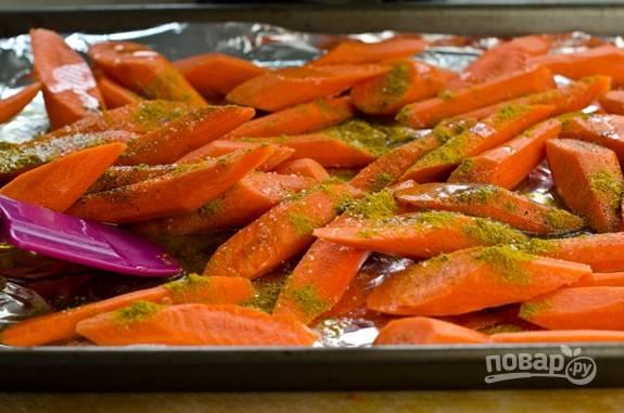3. Полейте оливковым маслом и присыпьте солью и карри. Отправьте в разогретую до 220 градусов духовку.