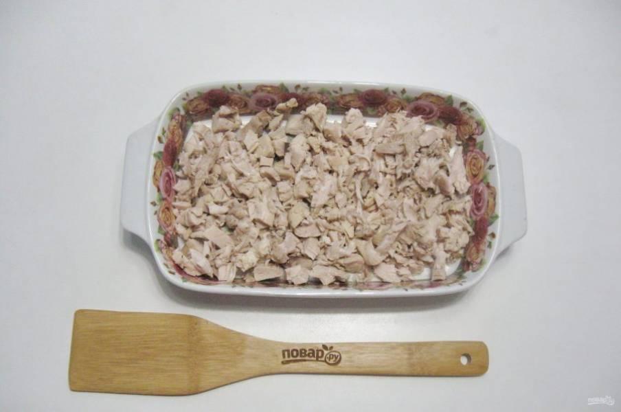 Мясо нарежьте и разложите по формам.