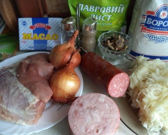 1. Для этого блюда нам понадобятся простые продукты и сушеные грибы - это изюминка солянки.