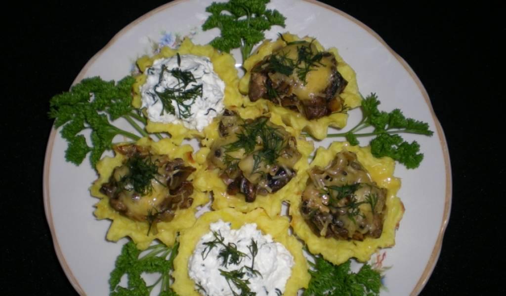 4. Запекаем картофельные корзинки еще немного, пока сыр сверху не расплавится. Посыпаем зеленью — и подаем к столу!