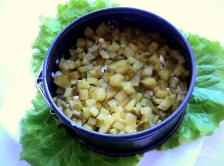 6.Выложите соленые огурцы, смажьте тонким слоем майонеза.