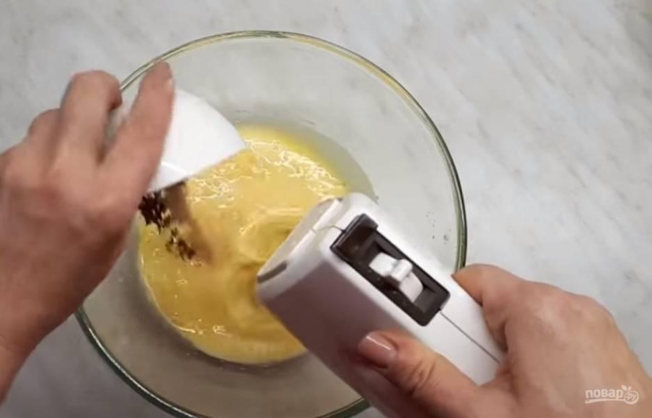 1. Яйца взбейте со щепоткой соли, частями добавляя сахар. Добавьте растопленное и слегка остывшее сливочное масло или маргарин, корицу и ванилин.