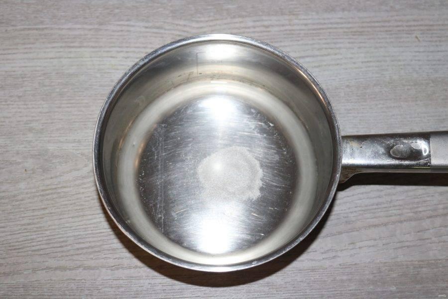 Воду с солью и маслом доведите до кипения.