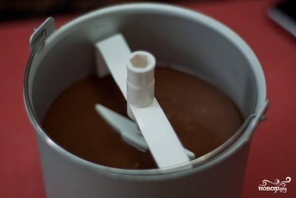 11. Теперь самое время перелить готовую основу в мороженицу. А дальше процесс можно доверить технике, следуя инструкциям.  Для начала нужно дать мороженому немного застыть.