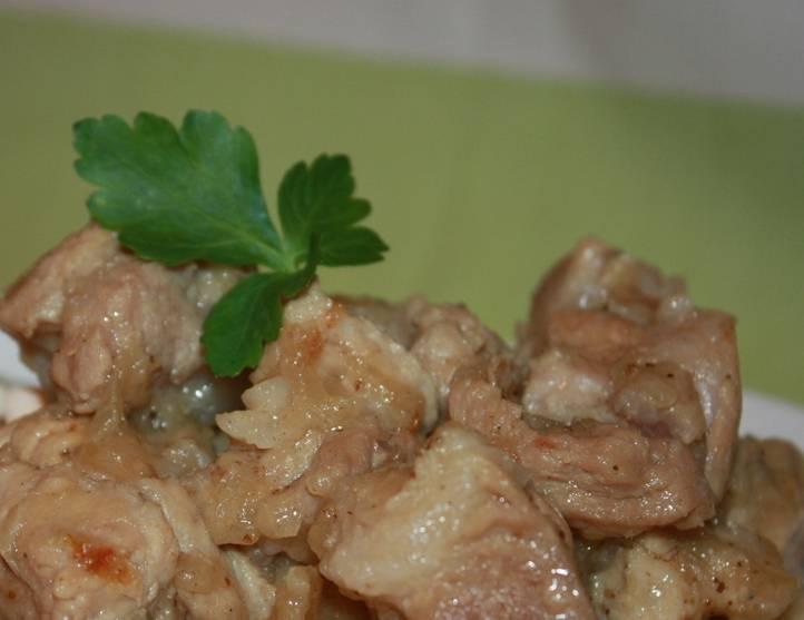 5. Вот такое получается мясо - нежное, сочное и невероятно ароматное. К такому блюду на гарнир подойдет картофельное пюре, свежие овощи или любая крупа.
