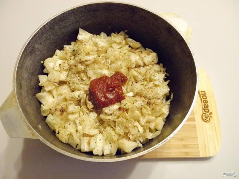 6. Сложите овощи и мясо в казан, посолите, поперчите, добавьте томатную пасту и стакан воды. Добавьте любимых специй и трав. Доведите до кипения рагу, тушите его на медленном огне 30 минут.