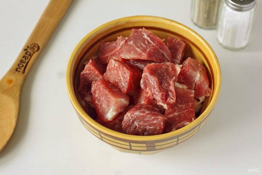 Нарежьте мясо кусочками.