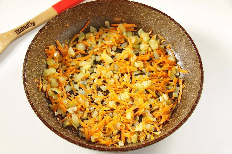 4. Тем временем, обжарьте на сковороде нарезанный кубиками лук и тертую морковь.